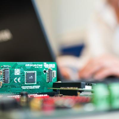Electronique embarquée : Intégrer et programmer un système équipé de microcontrôleurs